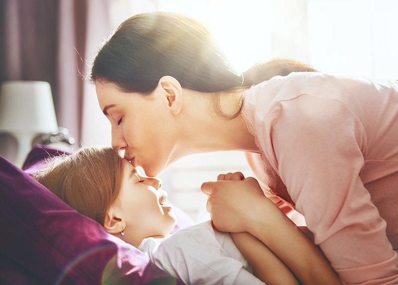 mama dando beso a su hija