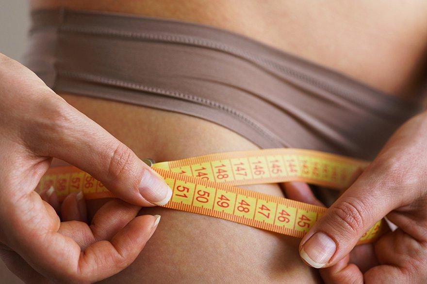 mujer controlando su peso