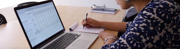 aluno estudando em curso online gratuito